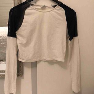 Vit kort tröja med svarta transparenta axlar på, är xs så L är inte för stort. Frakt tillkommer