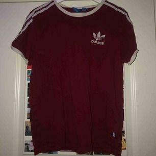 Skitsnygg Röd Adidas t-shirt stolek S 140 kr ink frakt