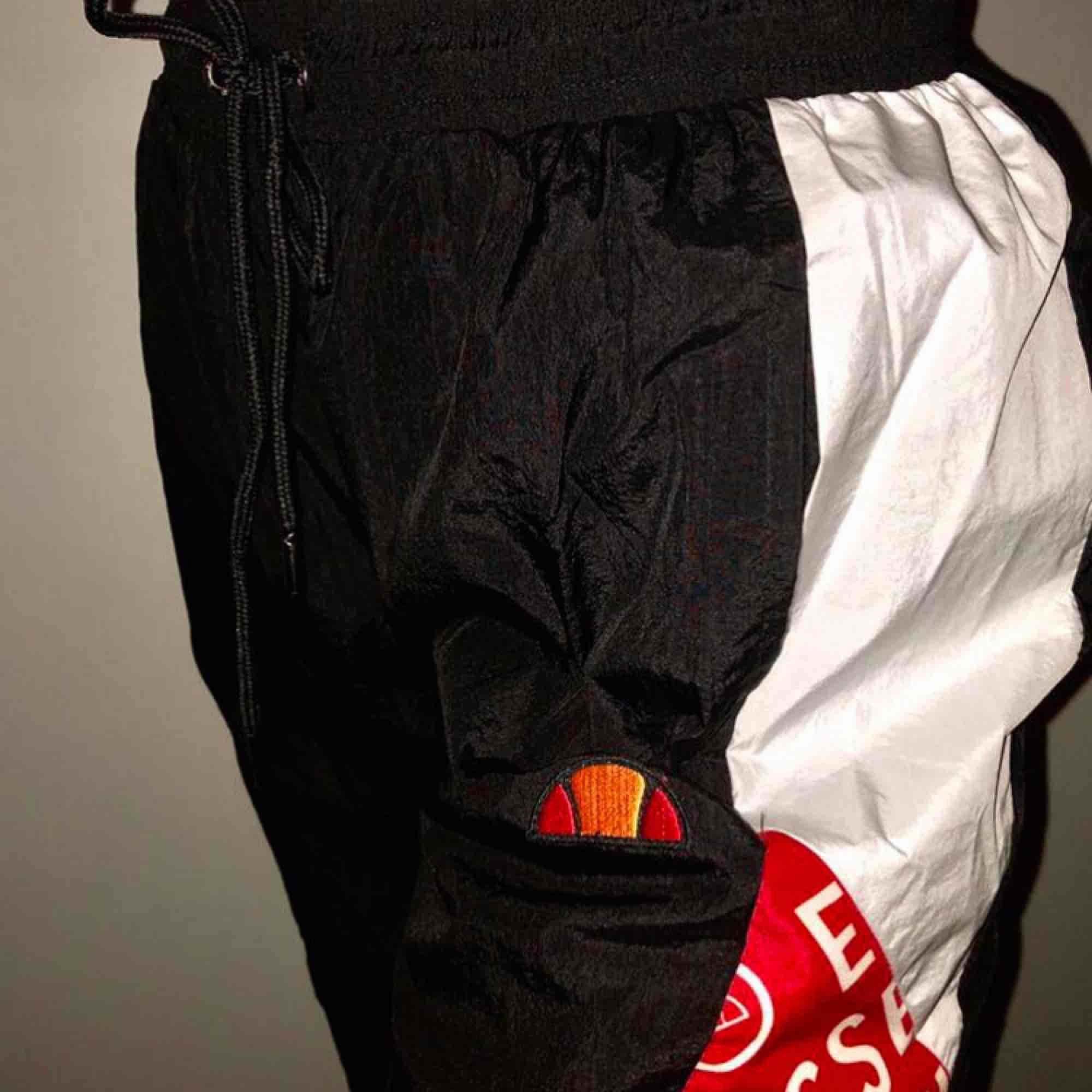 Säljer pga liten storlek. Skulle säga att byxorna är mer S än M. Aldrig använda, endast testade - bra skick!. Jeans & Byxor.
