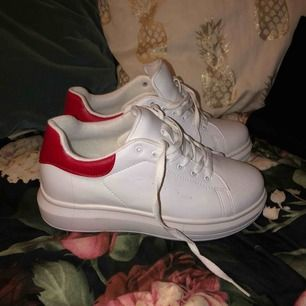 Hej🥰 jag säljer nu dessa feta skor som endast står och samlar damm (vilket är det som syns på bilderna) jag har aldrig använt dem därav helt nya, köpte för 269kr på Nelly för cirka en månad sedan och kan därför inte returnera! Hör av er vid frågor😊
