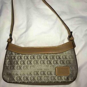 En retro handväska med en innerficka och en yttre, ett coolt statement piece