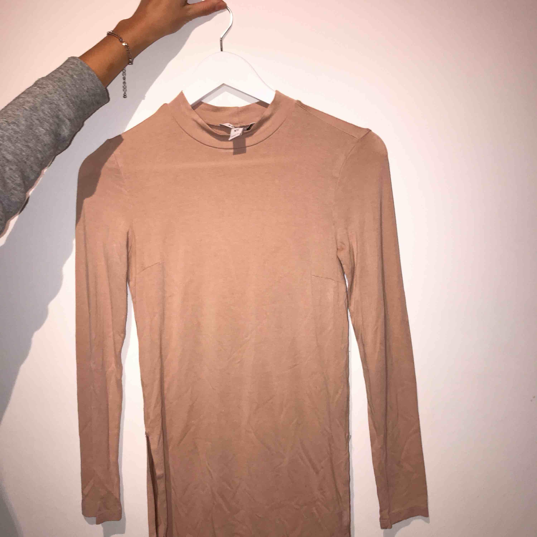 Långärmad tröja med slits Betalningssätt: Swish Kan mötas upp i sthlm eller fraktar☺️. Toppar.