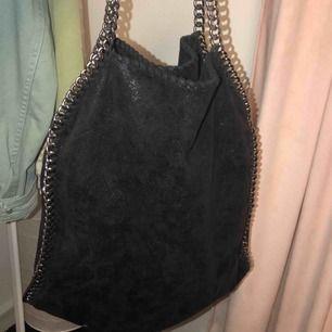Väska som liknar/inspirerar Stella McCartney väskan! Knappt använd och i fint skick! Kommer tyvärr ej ihåg hemsidan men köptes för ungefär 800kr!