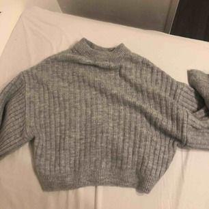 Säljer min stickade tröja från ginatricot! Sällan använd, inte min stil!  Jätte fin, skulle säga att den passar xs-m.  Orgenalpris 300kr Skriv för fler bilder! Frakt tillkommer ☺️