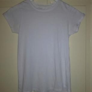 Basic t-shirt från NewYorker.  + FRAKT 20 KR-------> TOTALT: 100 KR (inkl. frakt)