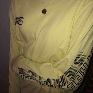 Oversized tröja som är köpt på Carlings💛 Säljes för att den inte kommer till användning🌼