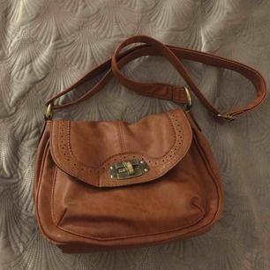 Fin brun väska.