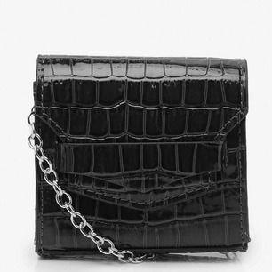 Trendig Mini vinyl krokodilmönstrad väska Betalningssätt: Swish Super snygg och trendig väska som tyvär inte kommer till användning💗💗