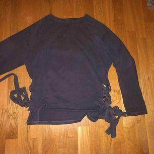 En super fin tröja från Bik Bok med snörren på sidan som inte är i min storlek (vilket är synd). Frakt till kommer💗 Hör av er om fler bilder eller intresse.