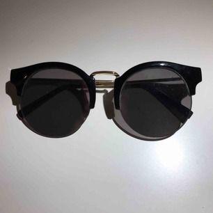 Ett par svarta glasögon från mango, inte så använda. Glaset är silveraktig men du kan dock knappt se det på bilderna. Säljer pga använder inte💕