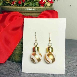 Handgjorda guldiga julörhängen. Pumlan är ca 25mm hög. Finns även i rött och silver. Nickelfria. Jag bjuder på frakten🥰