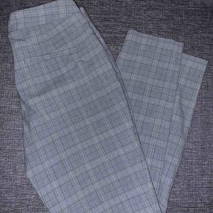 Zara Basic Storlek: 34 Material: Polyester, Viskos, Elastan Innerbenslängd (cm): 70 Midjemått (cm): 74  Skickas med PostNord vadderade kuvert