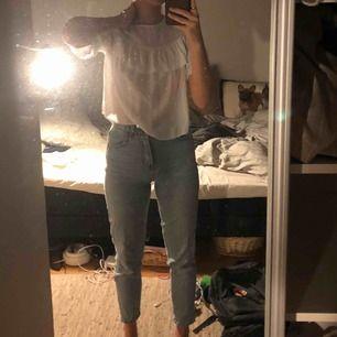 Pull&Bear mom jeans som är en aning tighta på mig som egentligen har 34/36 i storlek, superbra skick!