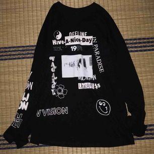 svart sweatet med tryck, köpt på Urban outfitters för 250kr (på rea). Använd en gång, perfekt skick, i princip som ny. Köptes för ca 1 år sedan :)