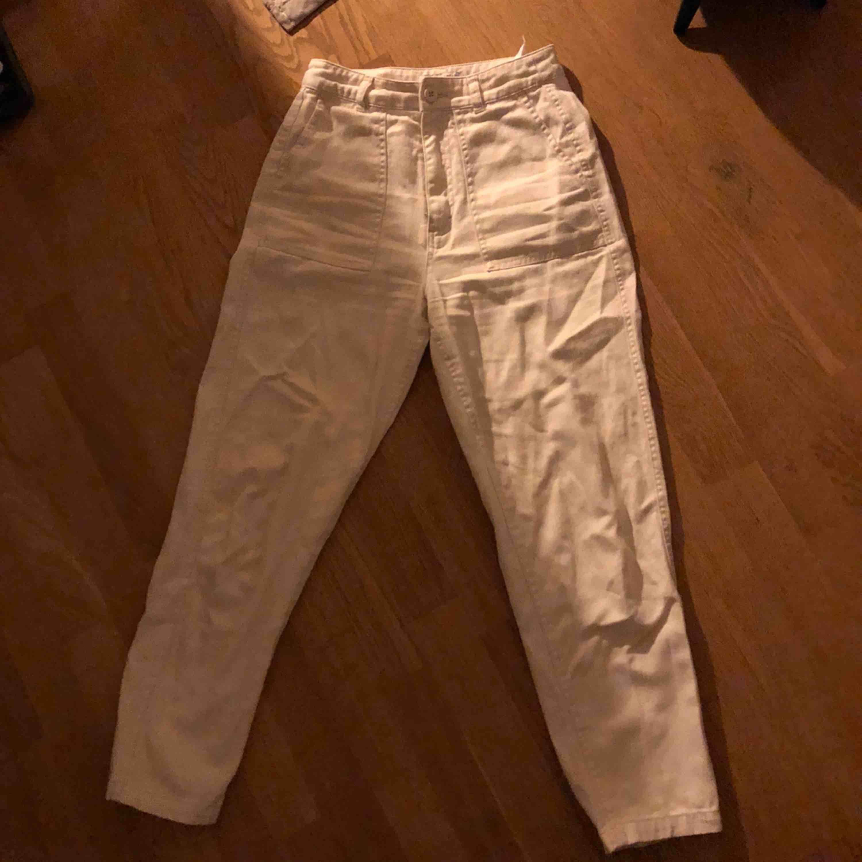 Pull&Bear vita chinos raka i modellen, typ i lite jeans-ish material. Knappt använda alls, superbra skick :). Jeans & Byxor.