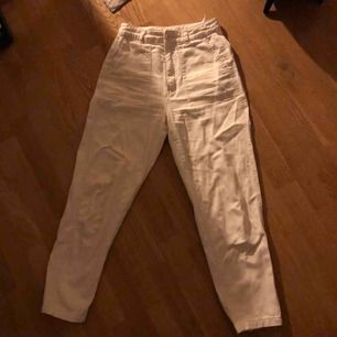 Pull&Bear vita chinos raka i modellen, typ i lite jeans-ish material. Knappt använda alls, superbra skick :)