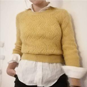 Stickad gul tröja ifrån Weekday😍🦋🤤 (inte lika gul som på bilderna i verkligheten). Frakt tillkommer på 36kr.