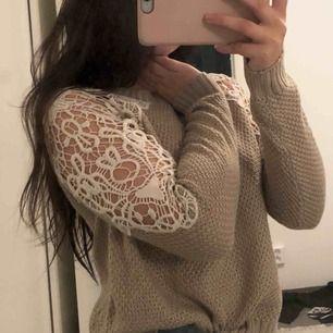 Super fin stickad tröja med spets axlar. Köpt för längesen men aldrig använd, tyvärr inte i min stil! 😢😊💕❤️