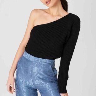Säljer denna ifrån NA-KD, one shoulder knitted sweater. Frakt kostar ca 50kr, slutsåld!
