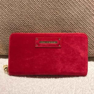 Plånbok från ideal of sweden Chelsea Wristlet red velvet Plånboken har aldrig använts men har en repa på framsidan, svår att märka om man inte letar efter den (bild 2) Nypris 699