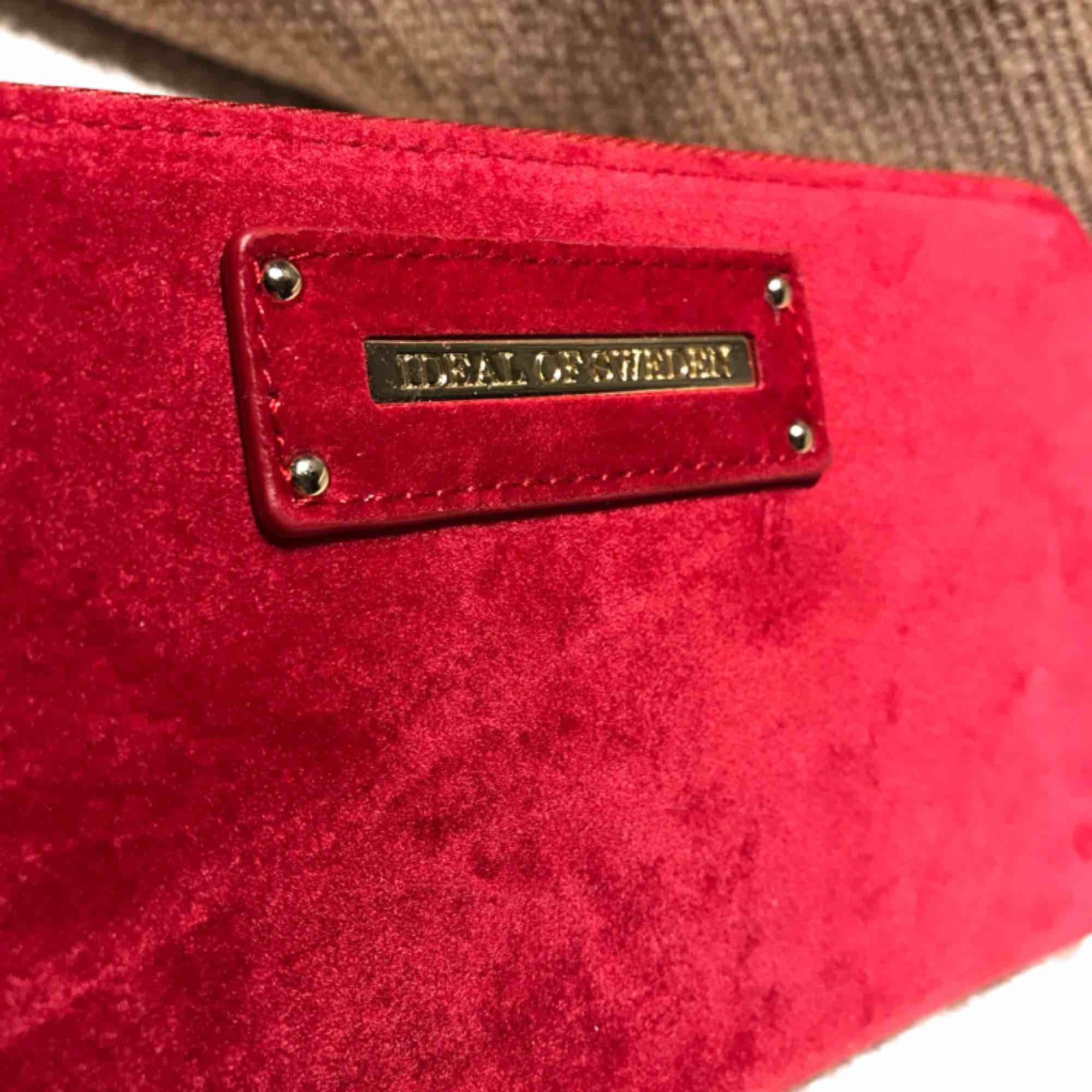 Plånbok från ideal of sweden Chelsea Wristlet red velvet Plånboken har aldrig använts men har en repa på framsidan, svår att märka om man inte letar efter den (bild 2) Nypris 699. Accessoarer.