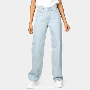 SUPER BALLA wide leg jeans färgen Miami Blue Lite längre ned till och utsvängda.  Storlek 24 motsvarar en 34 Slutsålda överallt i denna storlek och kommer inte in igen