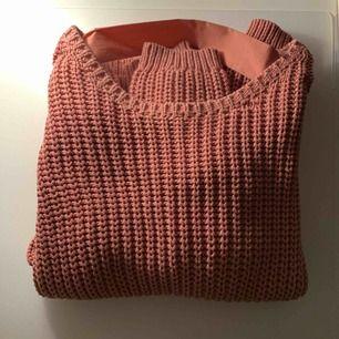 Jätte mysig stickad tröja från Lindex, knappt använd. Öppen i ryggen med ett sidenband som detalj. Storlek S, men passar även större beroende på hur man vill att den ska sitta. Hör av er vid frågor eller för fler bilder☺️