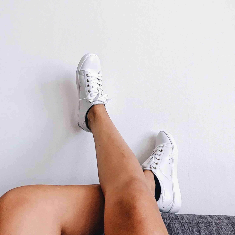Vita tennisskor från Din Sko. Lite slitna längst fram på topparna men annars fräscha. . Skor.