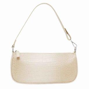 Säljer denna trendiga väska som passar till alla tillfällen.