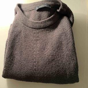 Super skön och mysig stickad tröja från Zara. Säljer då den inte riktigt kommer till användning längre. Storlek S. Hör av er vid frågor eller för fler bilder☺️