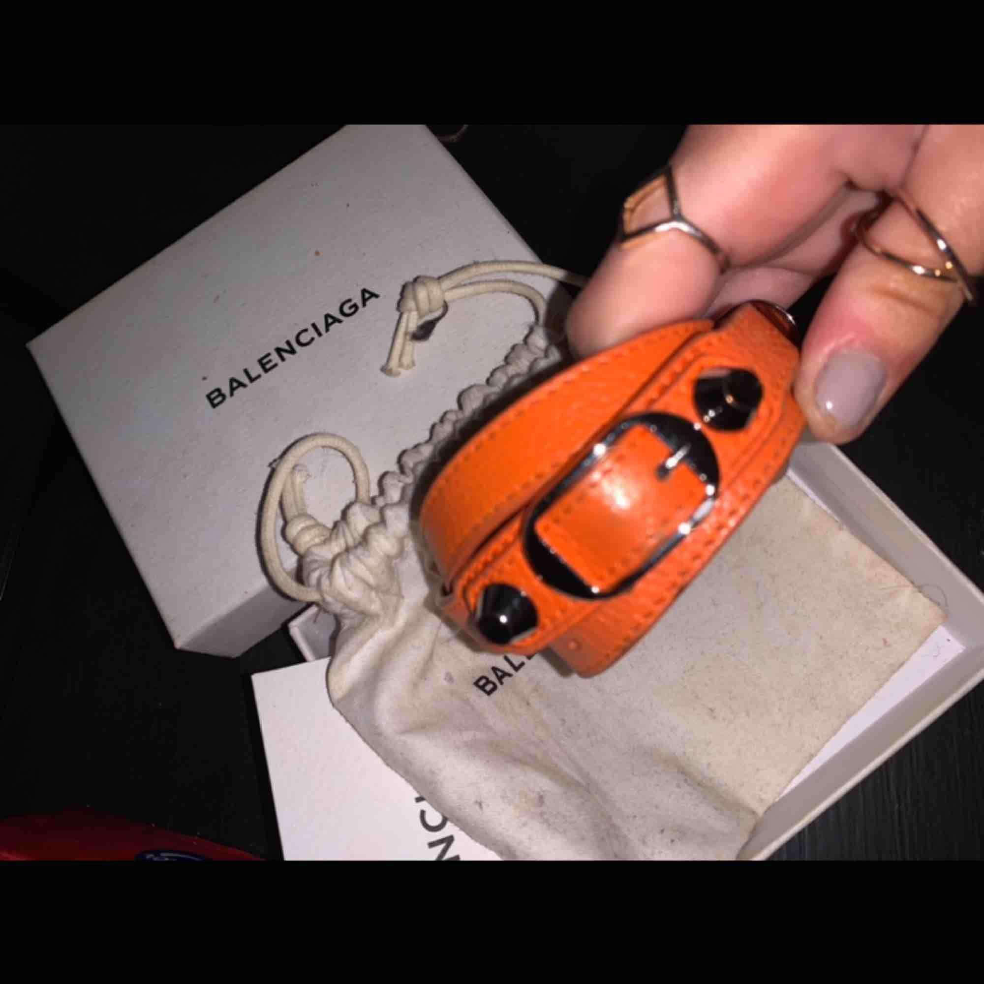 Säljer mitt älskade armband från Balenciaga, kommer med dustbag osv. Köptes i Balenciaga butik i Monaco för 2100kr men säljer nu för 800kr.. Accessoarer.
