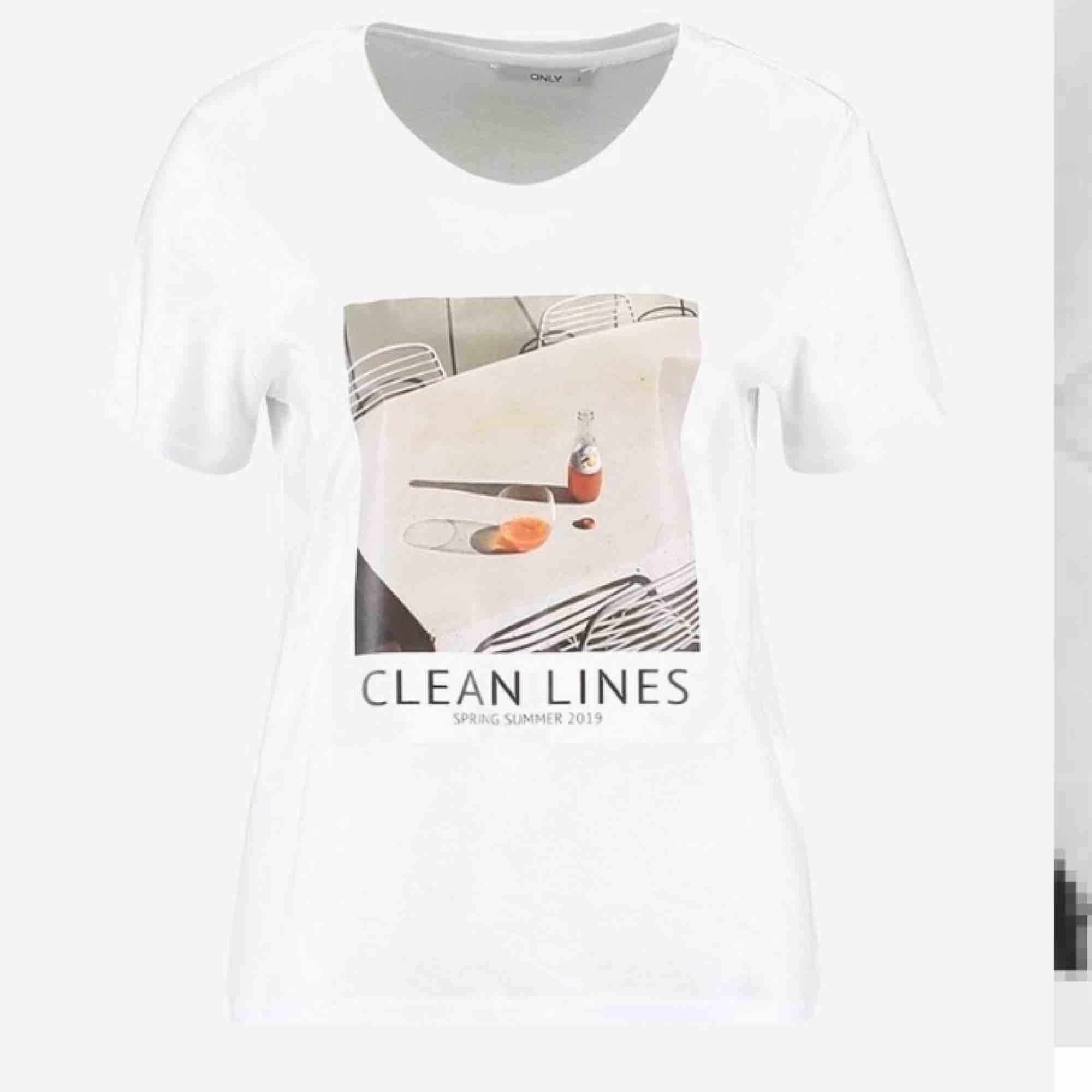 En snygg tröja med tryck på. Kan skickas med post men då står köparen för frakten! 😇. T-shirts.