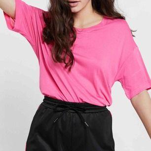 En skitsnygg tröja i neon rosa! Overzise XS, passar även storleken M. Kan skickas med post men då står köparen för frakten! 😇