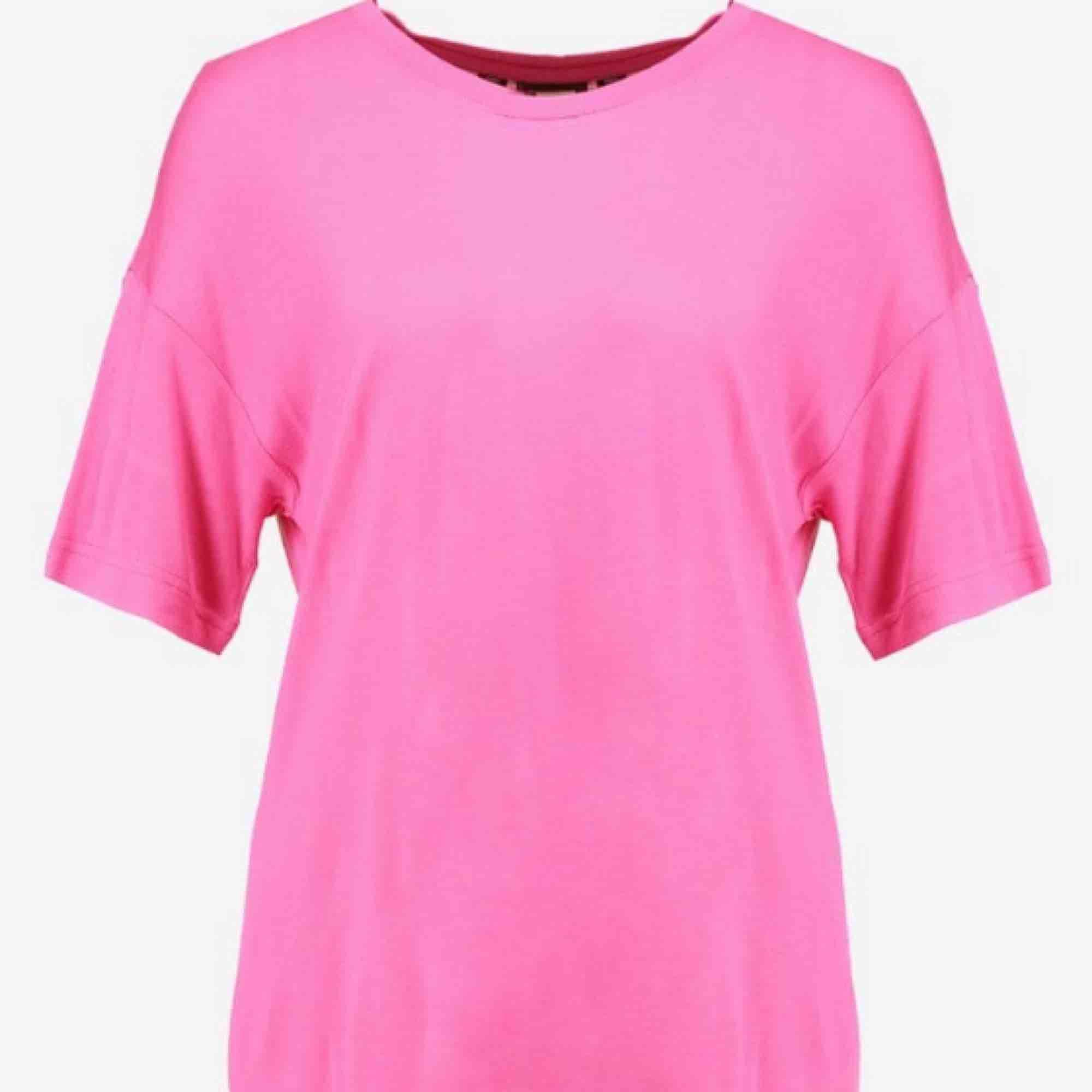 En skitsnygg tröja i neon rosa! Overzise XS, passar även storleken M. Kan skickas med post men då står köparen för frakten! 😇. T-shirts.