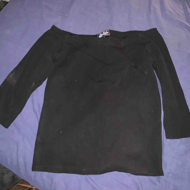 Väldigt ful bild men en helt vanlig svart off shoulder topp, knappt ens använd. Tvättas innan den skickas. Frakt tillkommer. Toppar.