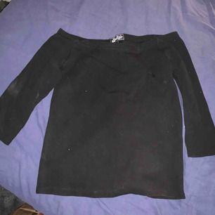 Väldigt ful bild men en helt vanlig svart off shoulder topp, knappt ens använd. Tvättas innan den skickas. Frakt tillkommer