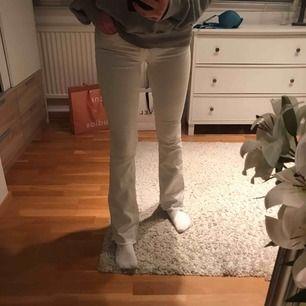 Vita bootcut byxor med slitningar längst ner, fint skick men nu för små för mig som brukar ha M, skulle absolut passa S