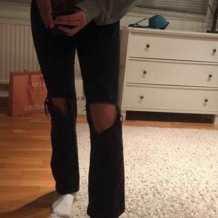 Svarta bootcut byxor från DrDenim, fint skick hålen är stora men de är hur snyggt som helst! Passar absolut S och M som inte har så långa ben💃🏽