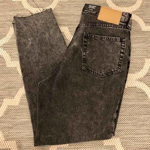 Högmidjade mom jeans från h&m i en washed out svart färg! Helt nya med alla lappar kvar💗 Lite slitna nedtill, rå kanter! Strl 38, men passar mer 36 då de är små i strl! (Jag har vanligtvis 34/36) ❗️frakt ingår i priset❗️