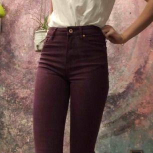 Fräcka vinröda jeans från HM. Jättefin passform och inte för korta i benen. Säljer då dom aldrig använts💕