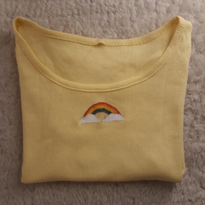 Ljus gul t-shirt med korta ärmar och en målad regnbåge. Den är lite genomskinlig därav priset. Fråga om du har nån eller  vill ha mer bilder😋🌈  Tvättas i 40°C. T-shirts.