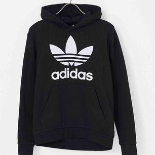 Adidas hoodie i storlek S! Köpt på Nelly för 699kr säljs för 199kr. Gott skick, använd Max 10 gånger. Kan sänka priset vid snabb affär 💕💕