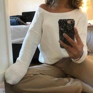 Stickad tröja från NAKD i storlek XS. Går att användas på båda hållen. Bra skick. Köparen står för frakt.🥰