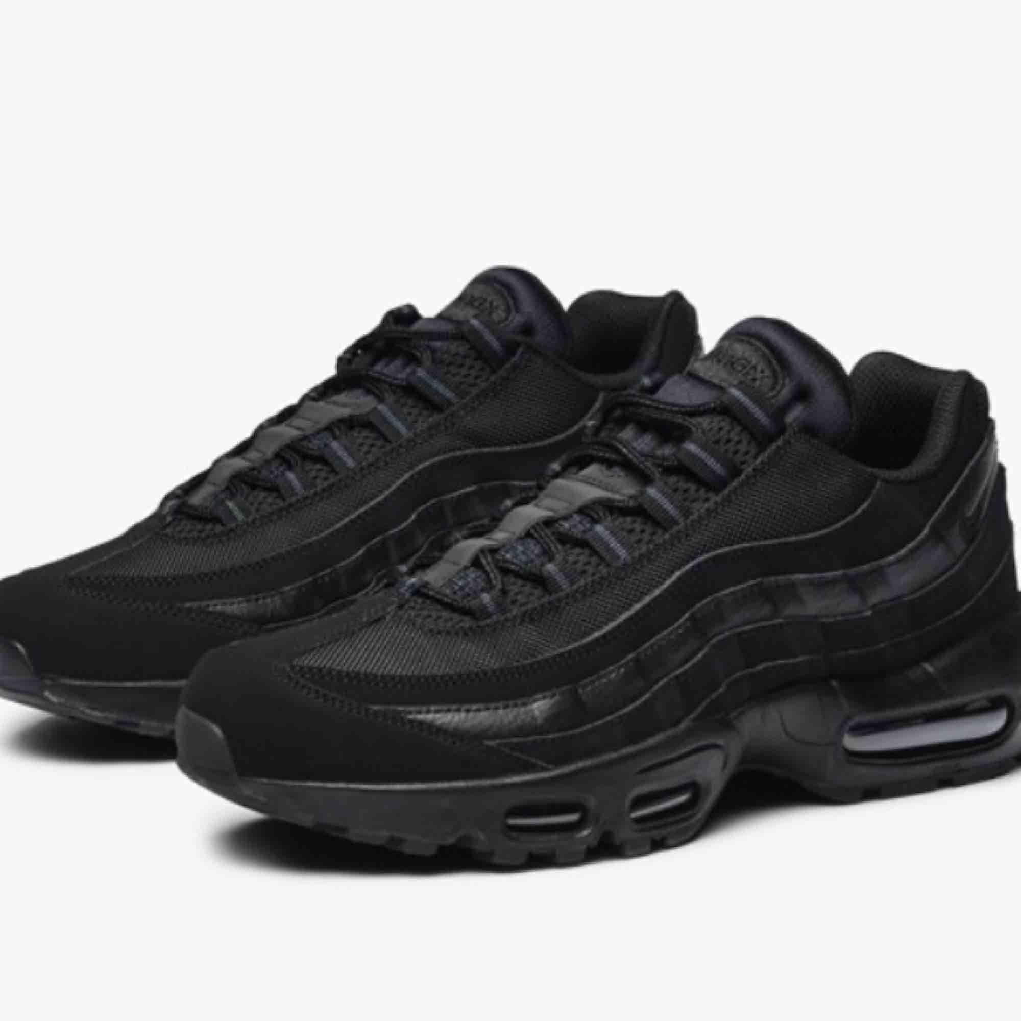 Svarta Nike airforce 95 med reflex detaljer. Dessa skorna köpte jag i slutet av förra året och har inte använt dom så mycket. Dom kan ha några få små märken men inte något som syns direkt. Priset kan diskuteras:) . Skor.