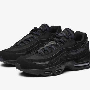 Svarta Nike airforce 95 med reflex detaljer. Dessa skorna köpte jag i slutet av förra året och har inte använt dom så mycket. Dom kan ha några få små märken men inte något som syns direkt. Priset kan diskuteras:)
