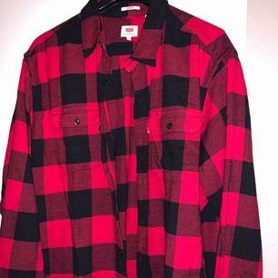 Den trendiga jackan som ser ut som en skjorta, inte jätte varm men en hoodie under så är den underbar och sjukt snygg, säljer den pågrund av att jag inte använder, nypris i butik är 799kr