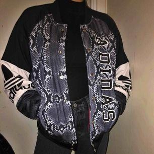 Adidasjacka i bombermodell med ormmönster. Frakt på ca 60-80 kronor tillkommer💕💕💕