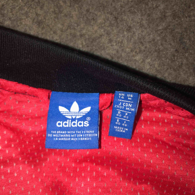 Adidasjacka i bombermodell med ormmönster. Frakt på ca 60-80 kronor tillkommer💕💕💕. Jackor.
