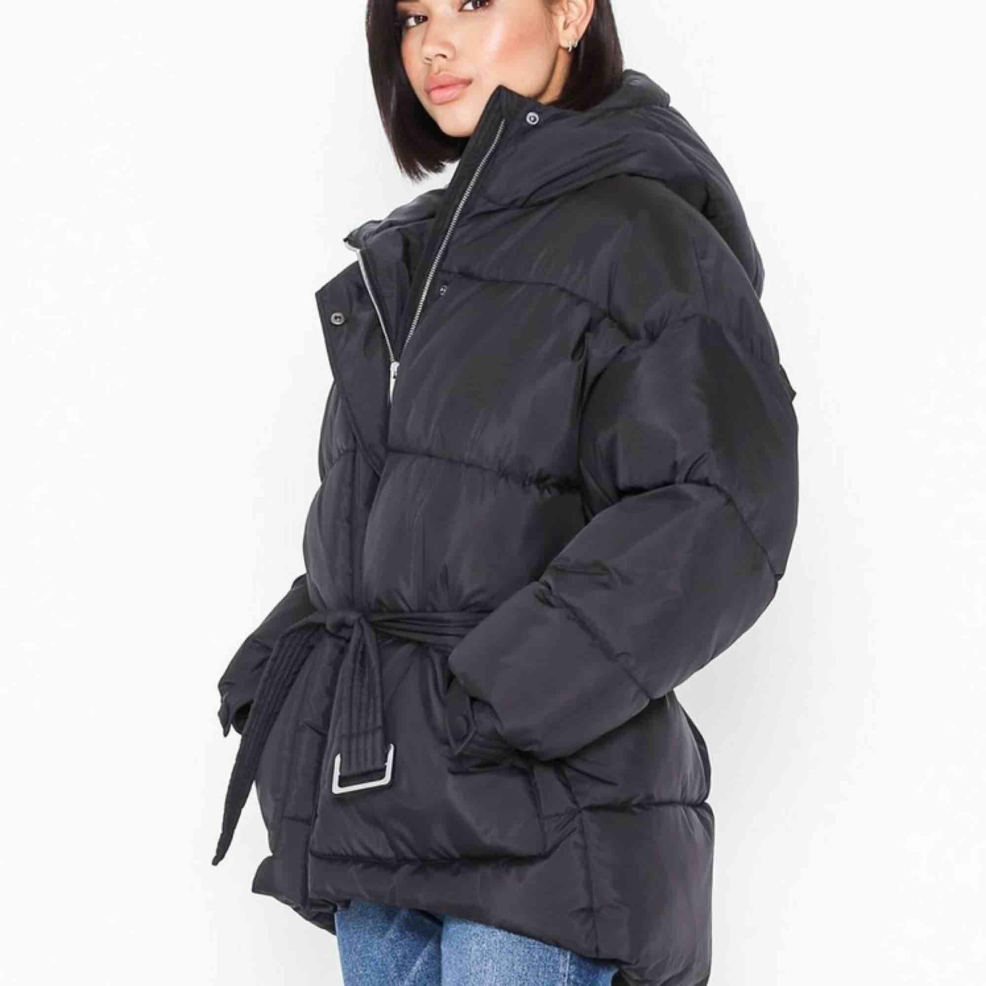 Slutsåld belted puffer jacket från nelly, säljer då den blev aningen stor på mig som brukar ha xxs. Helt oanvänd med lapparna kvar!. Jackor.