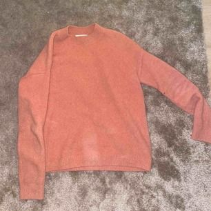 """Rosa """"cotton blend sweater"""" från & other stories! Använd ett par gånger men inget som märks tydligt på skiktet. Väldigt mysig och skön tröja som passar till allt från ett par enkla jeans till en fin lång kjol!"""
